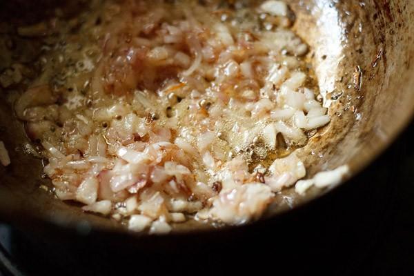 oignons pour faire la recette de champignon kadai