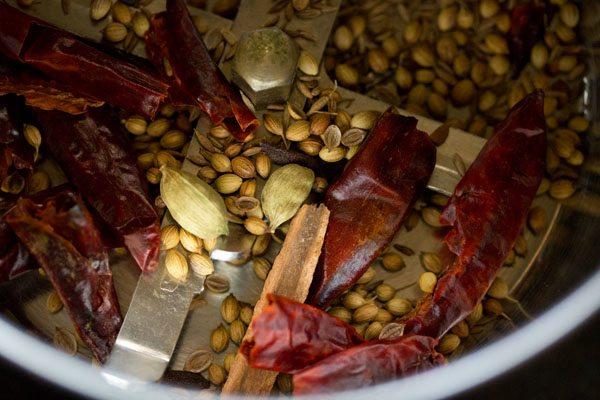 épices entières torréfiées dans un moulin à café