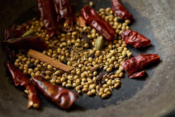 épices entières torréfiées à sec