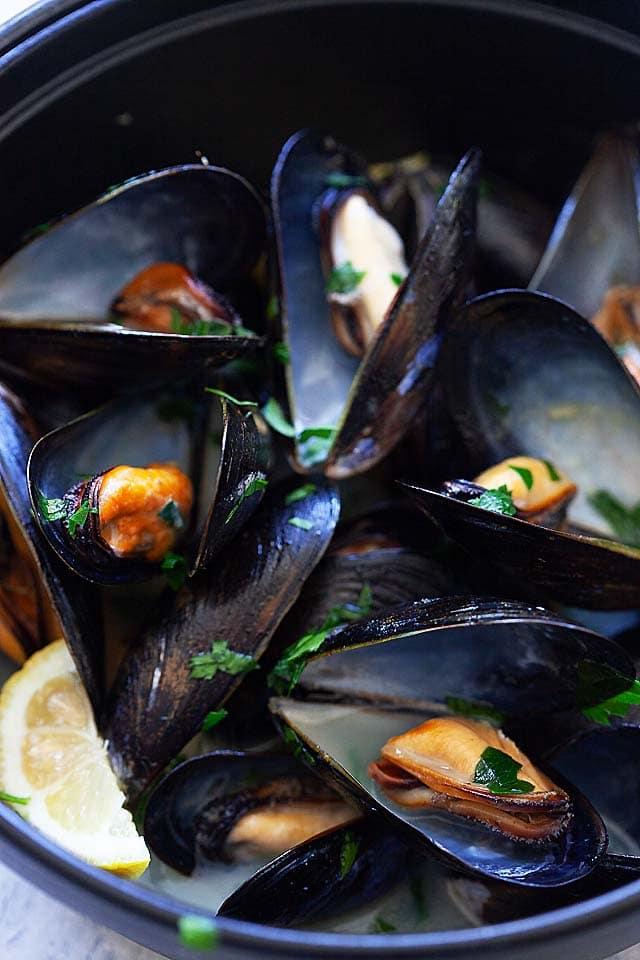 Recette Moules à la Marinière - Moules à la française / belge cuites avec du vin blanc, des oignons et du persil.   rasamalaysia.com