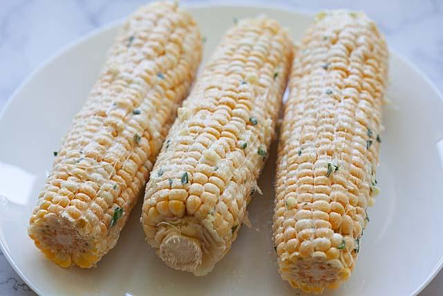 """Gril de maïs frais avec du beurre à l'ail. """"Srcset ="""" https://www.sushin.fr/wp-content/uploads/2020/07/1595548927_498_Mais-grille-au-beurre-a-l39ail-recette-rapide-et-facile.jpg 640w, https://rasamalaysia.com/wp-content/uploads/ 2020/07 / grilled-corn-300x200.jpg 300w, https://rasamalaysia.com/wp-content/uploads/2020/07/grilled-corn-450x300.jpg 450w """"tailles ="""" (largeur min .: 1201px) 720px, (largeur minimale: 1024px) 620px, 90vw"""