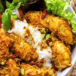 Gà Xào Sả Ớt dans un bol avec nouilles et salade