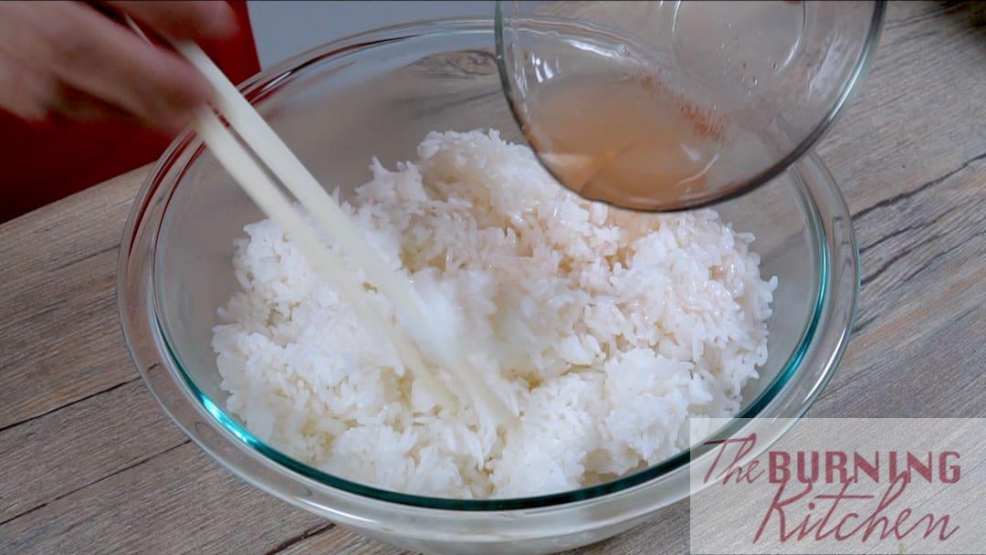 Remuer le riz avec les baguettes