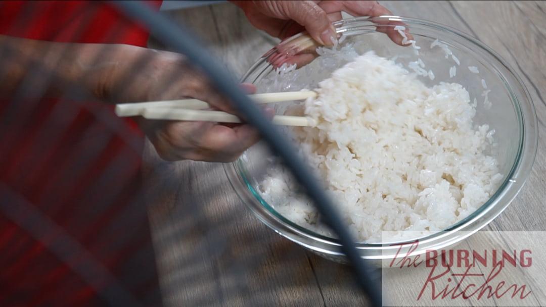 Refroidir le riz devant le ventilateur