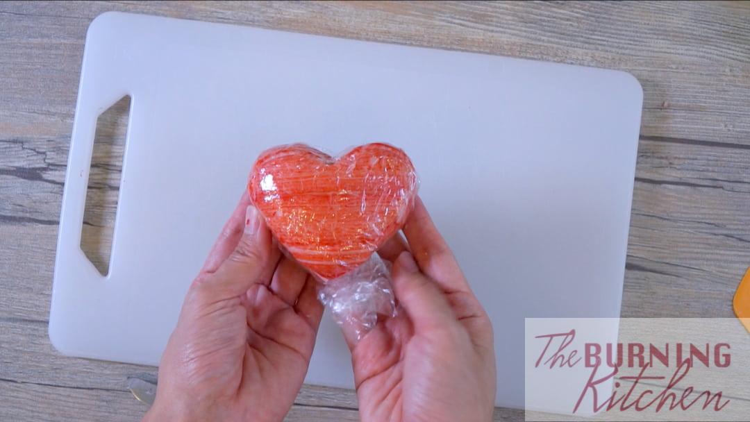 Envelopper le cœur avec des bâtonnets de crabe