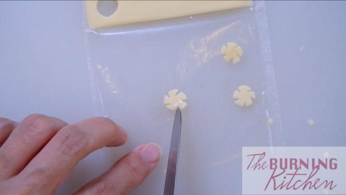 Couper les incisions pour imiter les pétales
