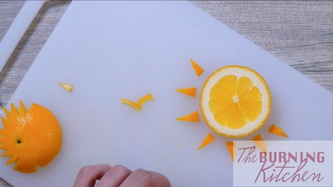 Coupez l'orange dans le soleil et les oiseaux