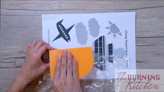 Utilisez une spatule pour aider à façonner le riz