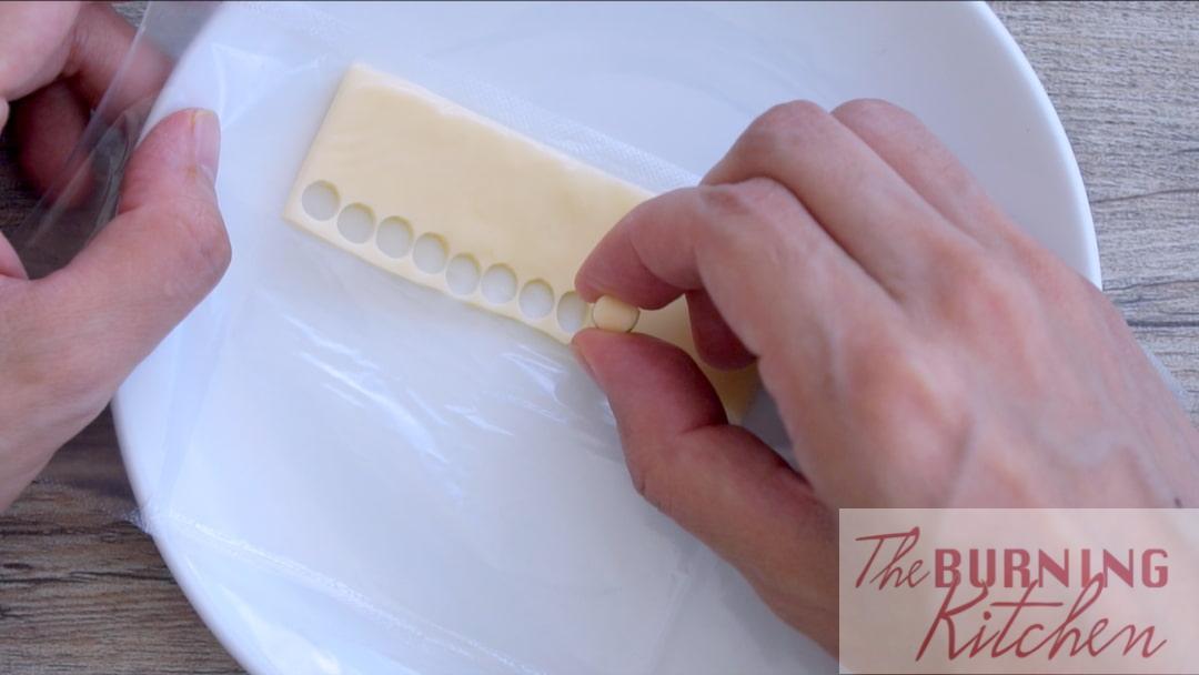 Utilisez une paille pour couper le fromage