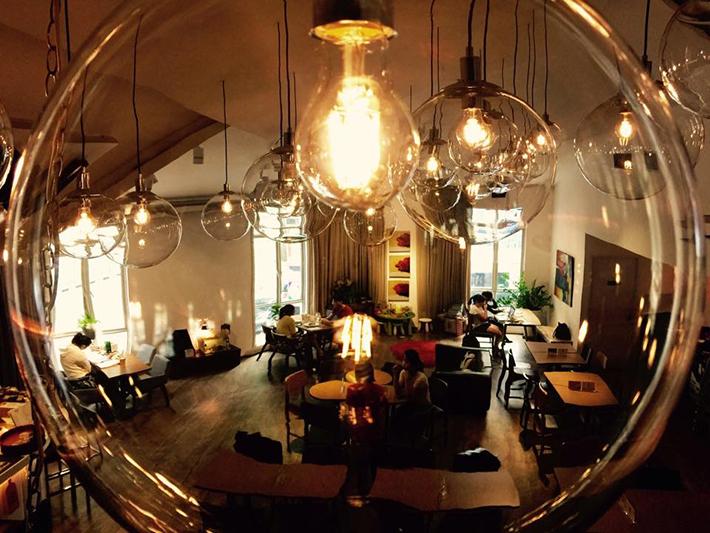 Café-bar au deuxième étage