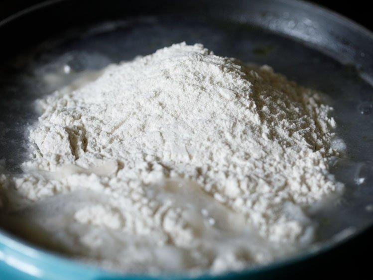 a ajouté de la farine de riz à l'eau chaude