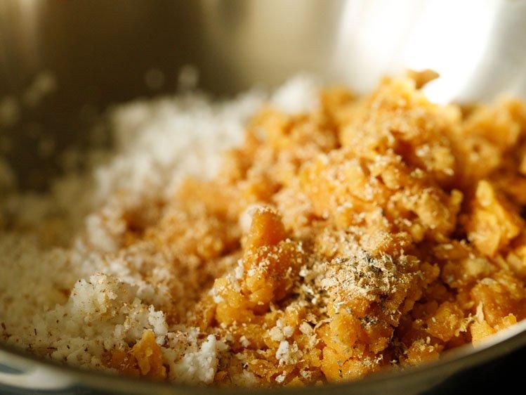 jaggery râpé ajouté, noix de coco, muscade moulue et poudre de cardamome