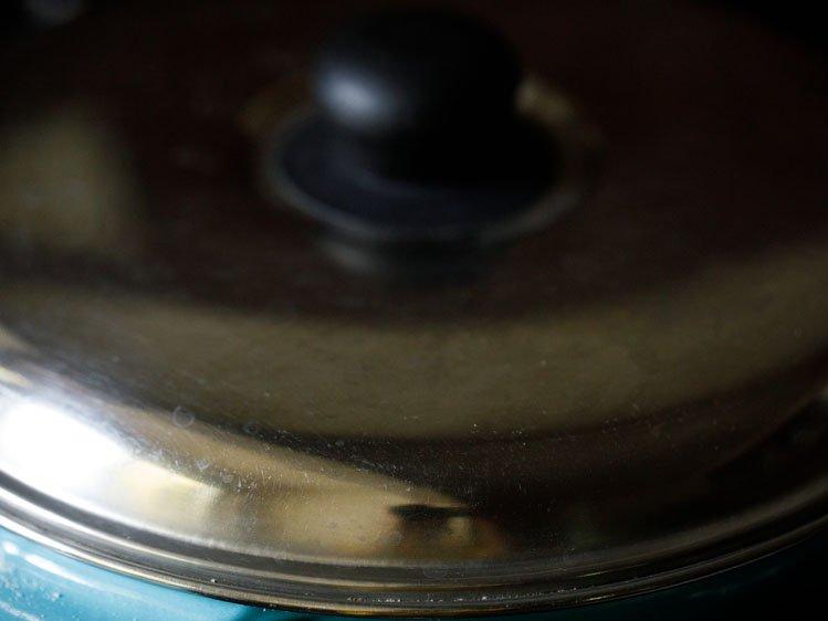 chauffage éteint et casserole recouverte d'un couvercle