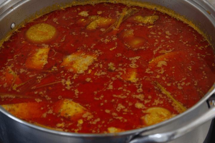 Soupe au curry avec du poulet dans une casserole