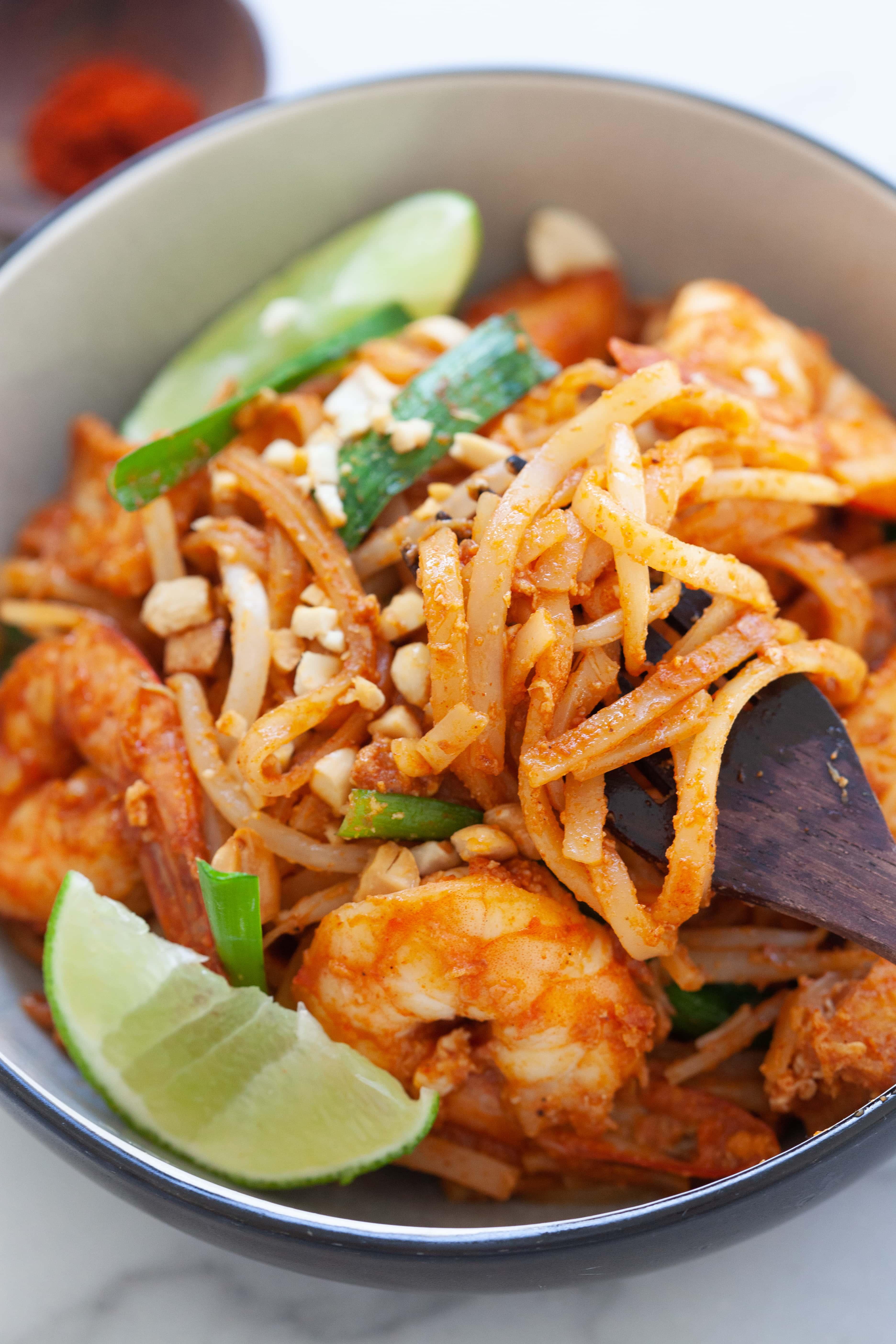 Recette de pad thaï avec bâtonnets de riz, crevettes et tofu.
