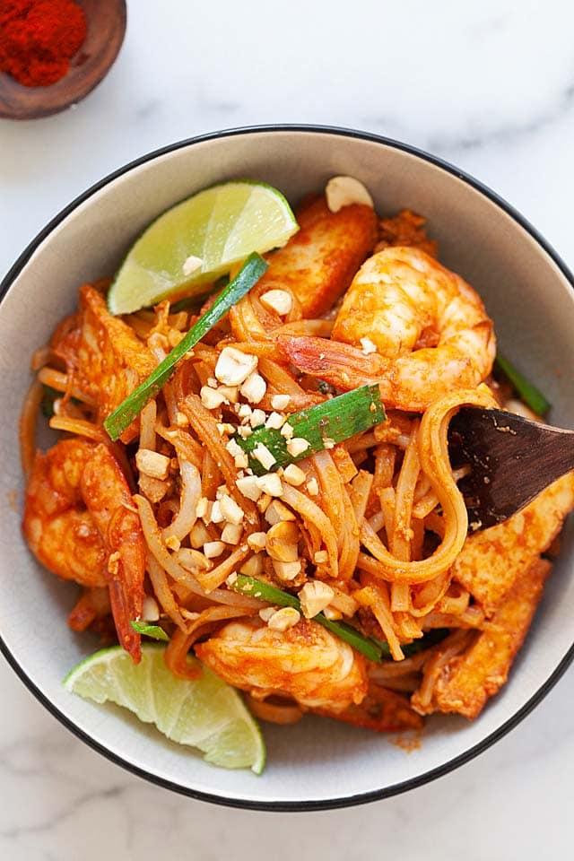 Recette de Pad Thai facile servie dans un bol.