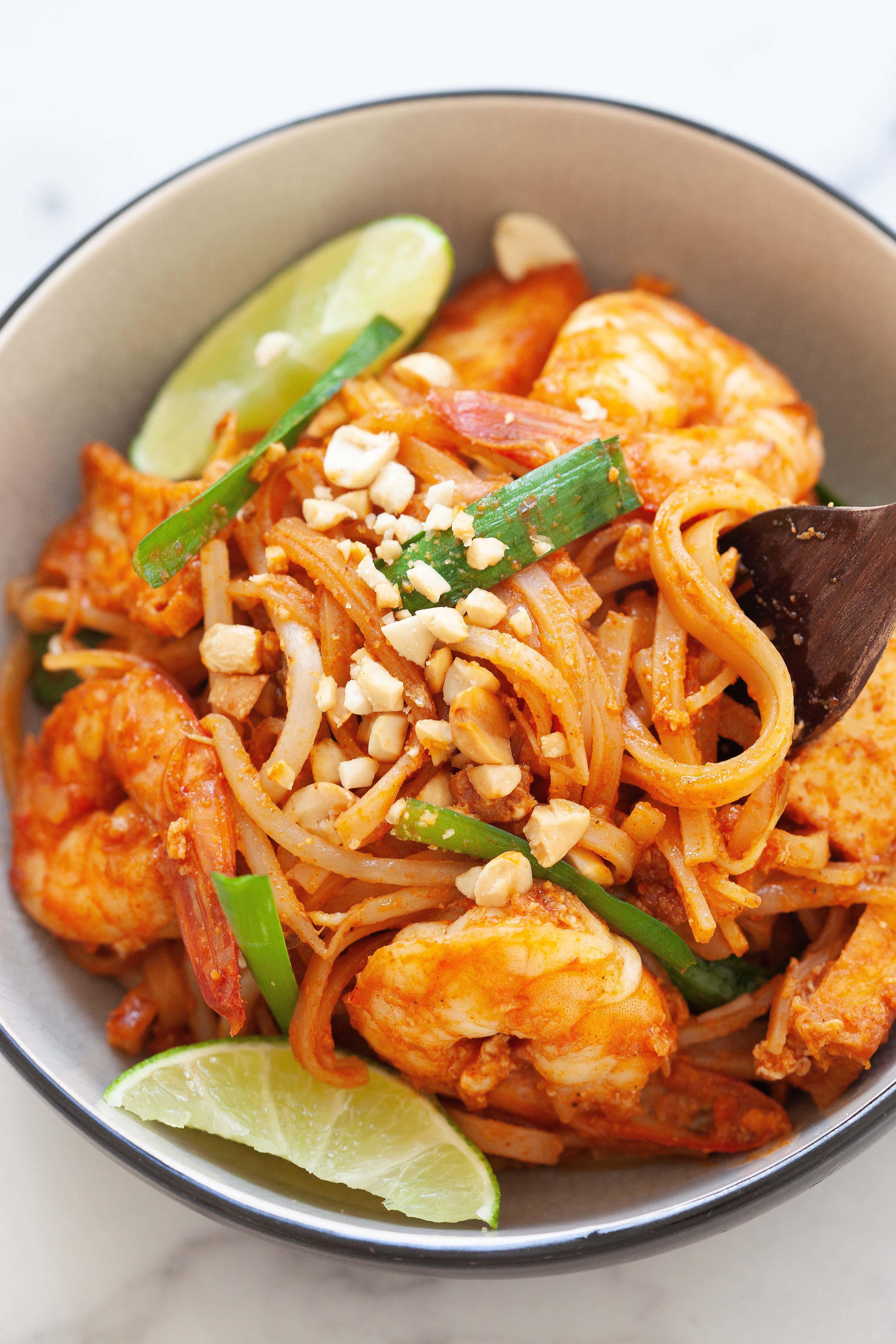 Nouilles Pad Thai avec nouilles de riz, sauce Pad Thai, poulet, crevettes et tofu.