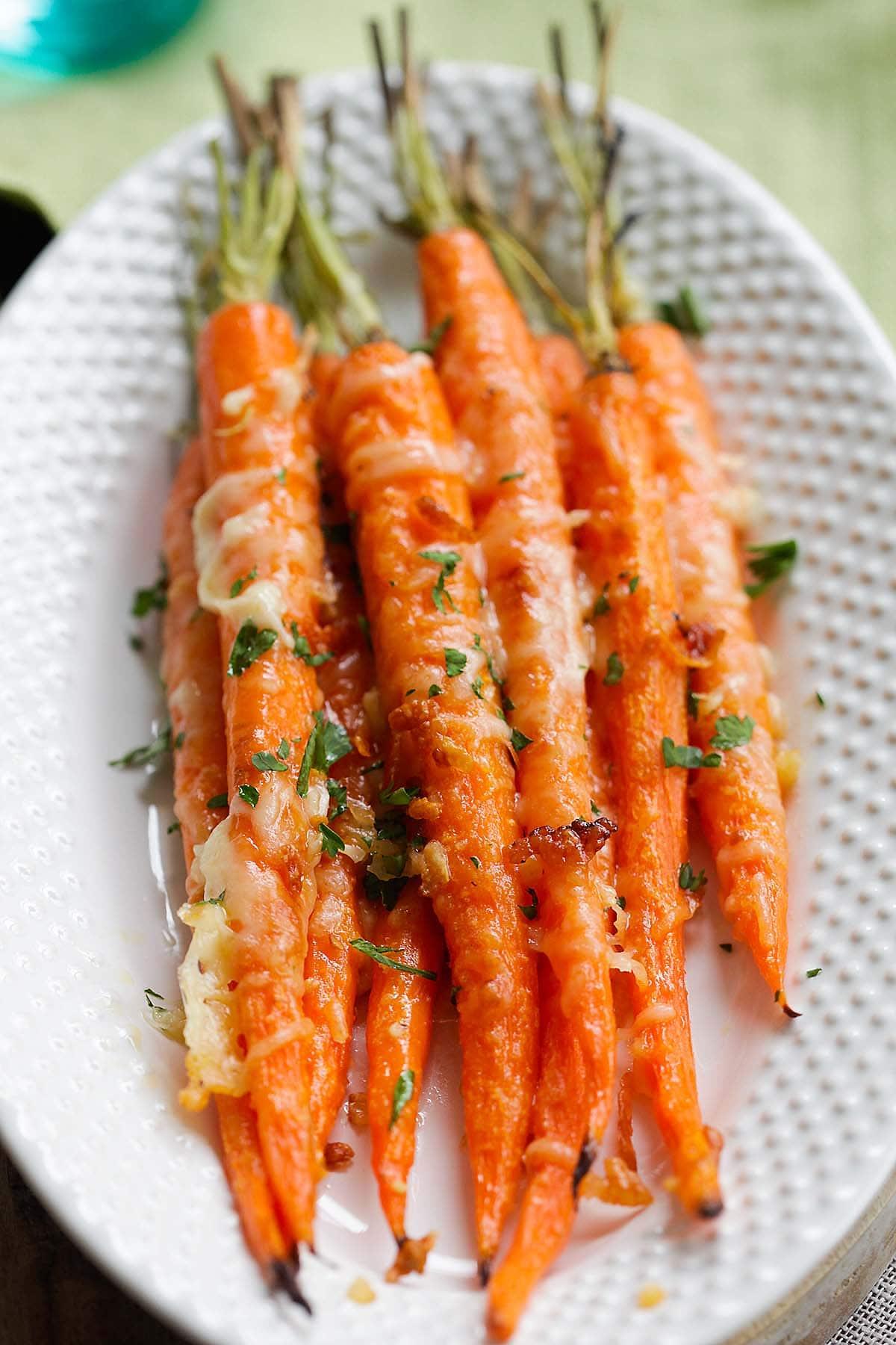 La carotte rôtie à l'ail et au parmesan est l'une des meilleures recettes de carottes salées.