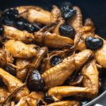 Ailes braisées, champignons et fleurs de lys séchées au wok
