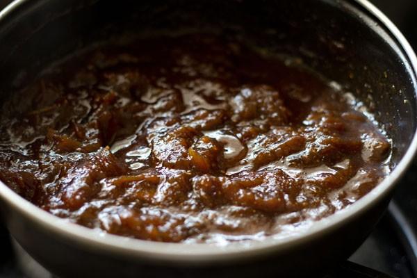 mélange de chutney aux dattes au tamarin en cours de refroidissement