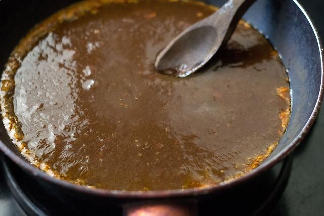 pulpe de tamarin filtrée ajoutée à la poêle