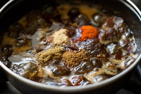 poudres d'épices moulues ajoutées au mélange de chutney de tamarin