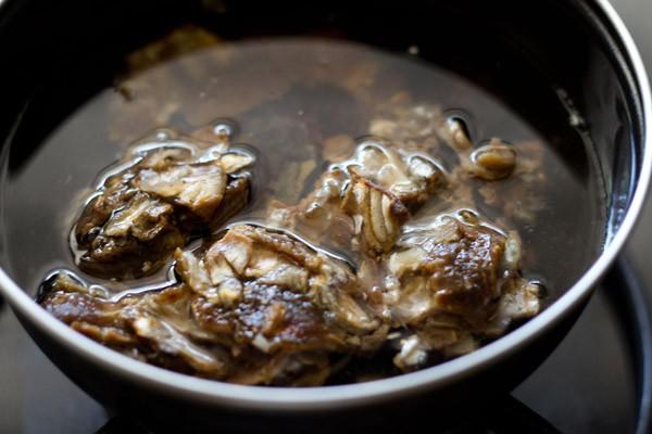 tamarin, dattes et eau dans une casserole