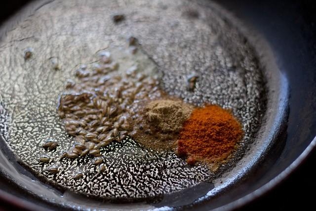 faire frire les épices dans une petite poêle