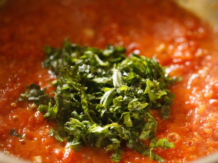 basilic frais ajouté à la sauce à pizza