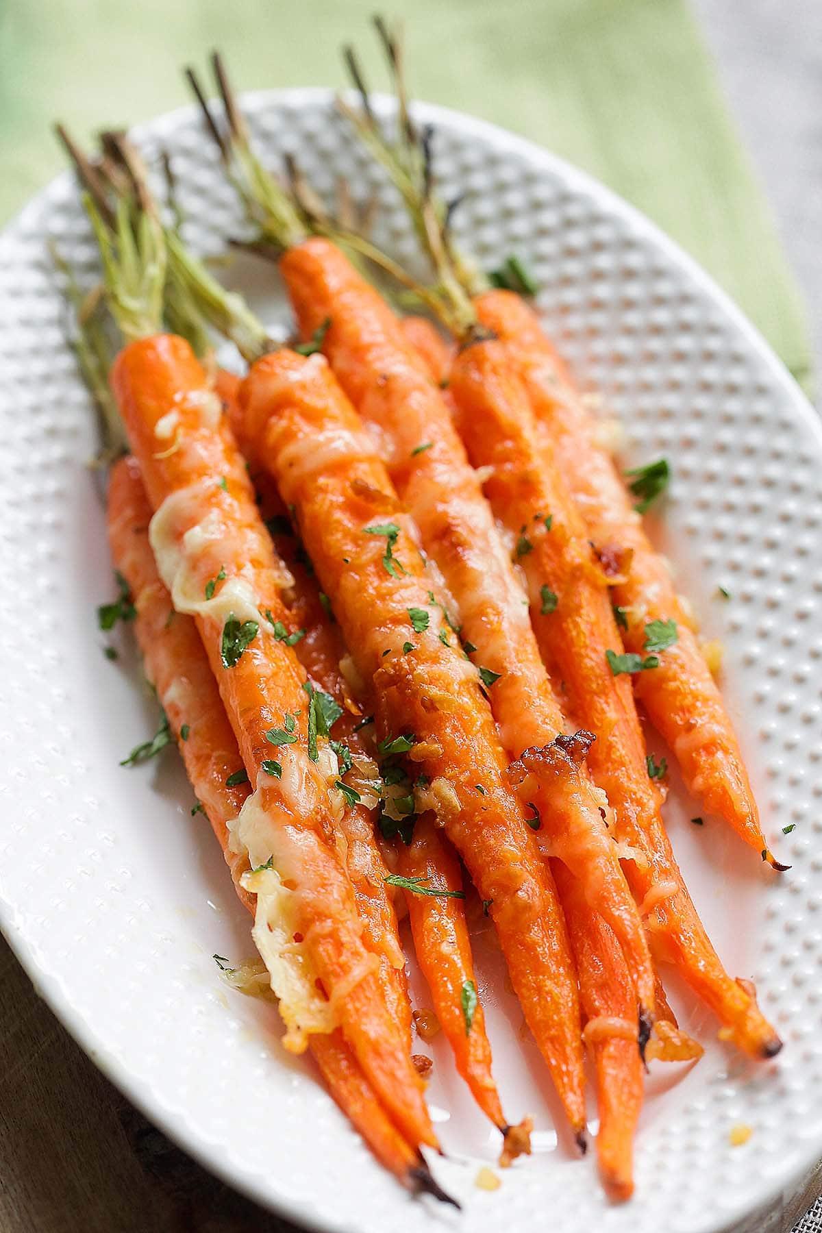 L'une des meilleures recettes de carottes est les carottes rôties à l'ail et au parmesan.