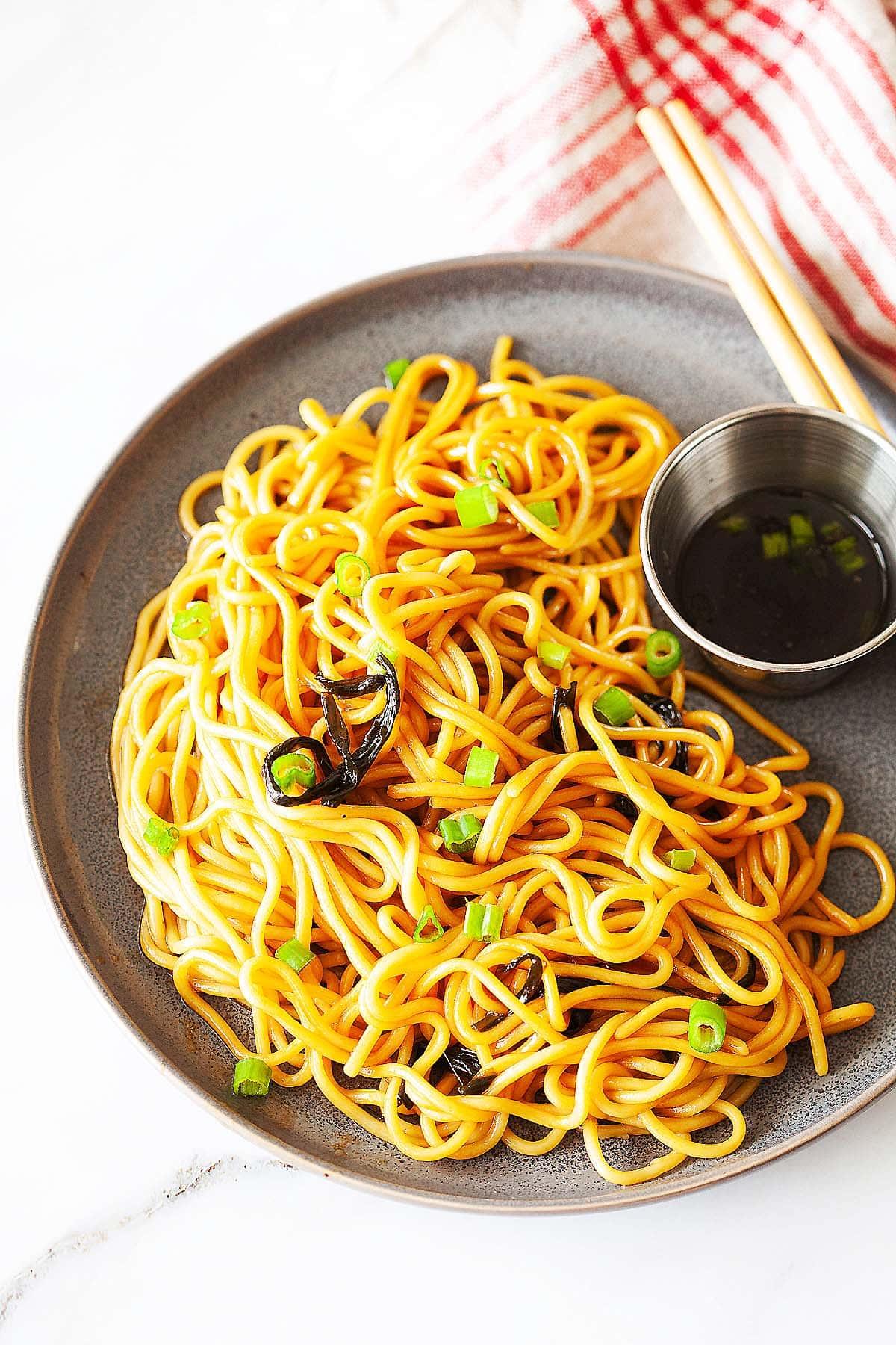 Nouilles à l'huile d'oignons verts, prêtes à servir.