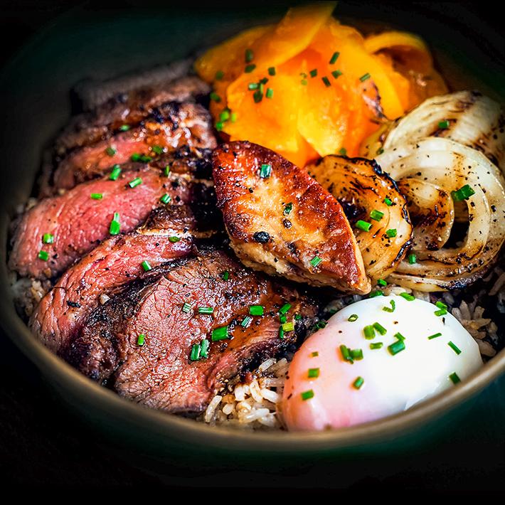 Bol de riz au steak au poivre noir Bedrock