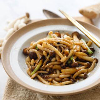 """sautés aux champignons   chinasichuanfood.com """"srcset ="""" https://www.sushin.fr/wp-content/uploads/2020/10/1603855277_775_Saute-aux-champignons-Chine-Sichuan-Food.jpg 320w, https: //www.chinasichuanfood. com / wp-content / uploads / 2013/10 / mushroom-sauté-500x500.jpg 500w """"tailles ="""" (largeur max: 250px) 100vw, 250px"""