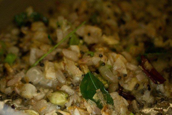 pâte de gingembre et ail sautée pendant la préparation du riz aux tomates