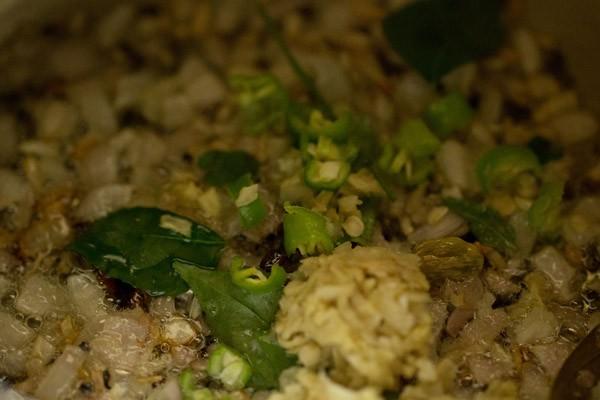 pâte de gingembre-ail, piments verts et feuilles de curry ajoutés