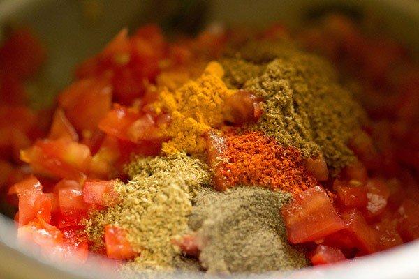 poudres d'épices ajoutées pour faire une recette de riz aux tomates