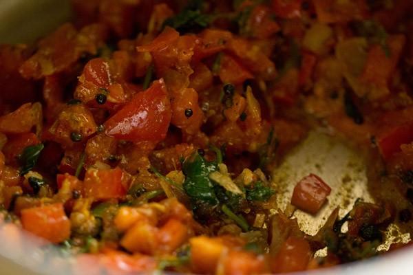 tomates mélangées aux poudres d'épices pour faire du thakkali sadam