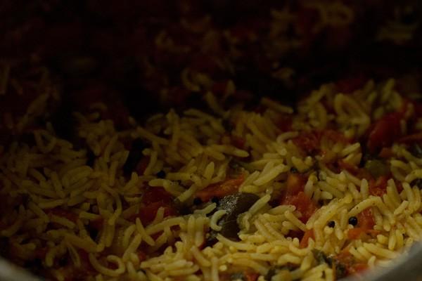 riz aux tomates cuit et prêt à être servi