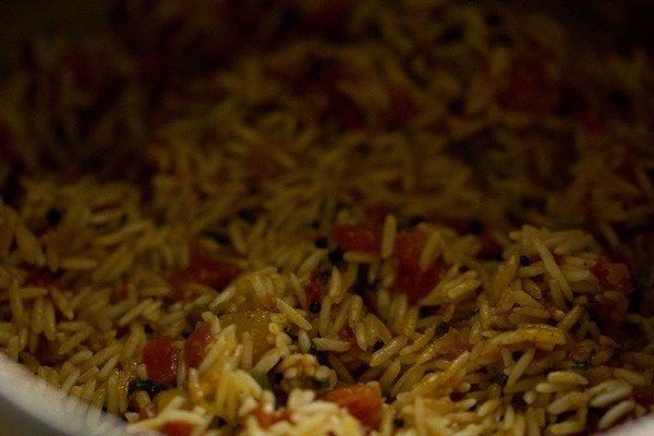 riz mélangé à des tomates cuites