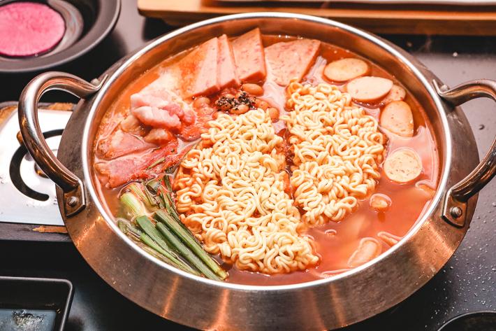 8 ragoût de l'armée coréenne BBQ