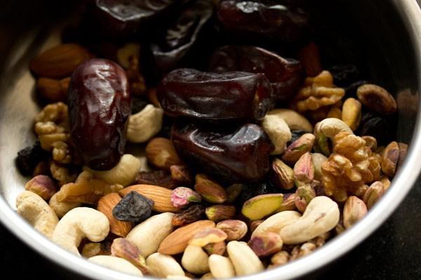 Fruits secs et noix dans un bol en acier pour la recette de gâteau aux prunes du Kerala