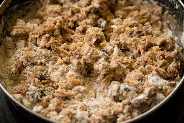 fruits secs trempés légèrement mélangés à de la farine tamisée pour le gâteau aux prunes du kerala