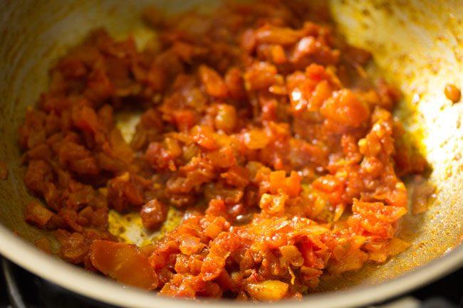 épices moulues mélangées à des tomates