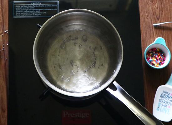 Casserole de recette d'écorce de chocolat en couches avec de l'eau