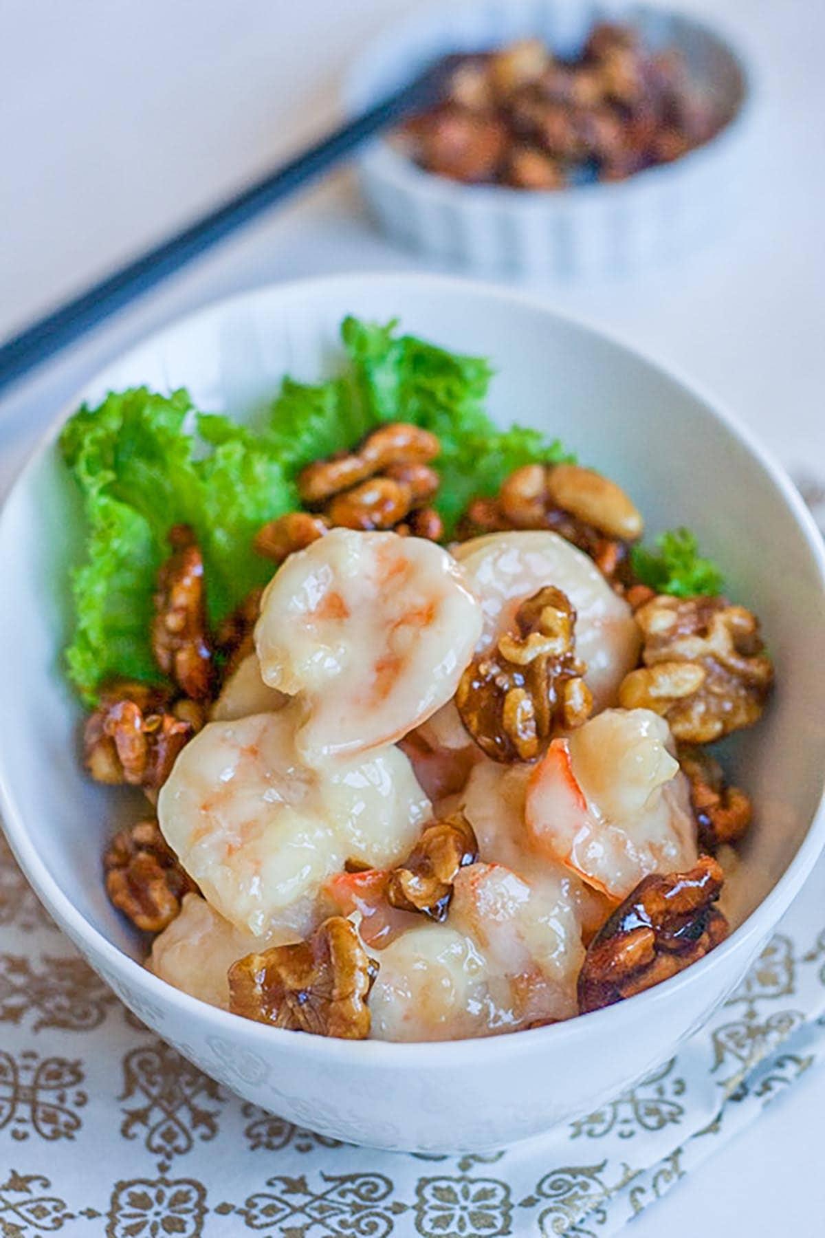 Crevettes au miel et aux noix avec sauce mayo sucrée. Apprenez à le préparer avec cette recette simple et rapide. Tellement délicieux, à essayer | rasamalaysia.com