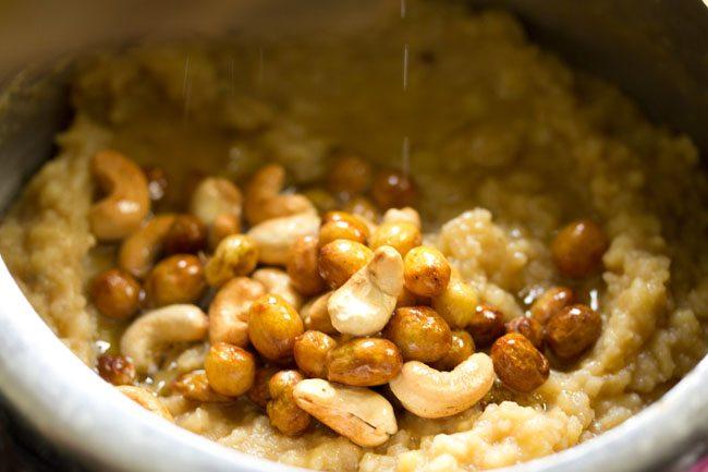 mélange frit de raisins secs, noix de cajou et ghee sur le mélange de purée de riz et de lentilles