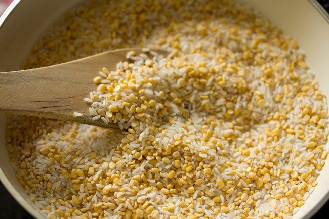 rôtir le dal et le riz avec une spatule en bois