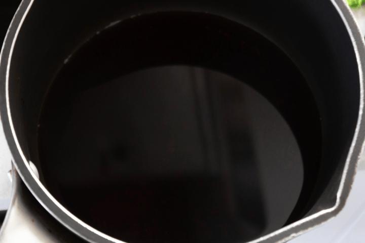 Un mélange léger de sauce soja dans une casserole
