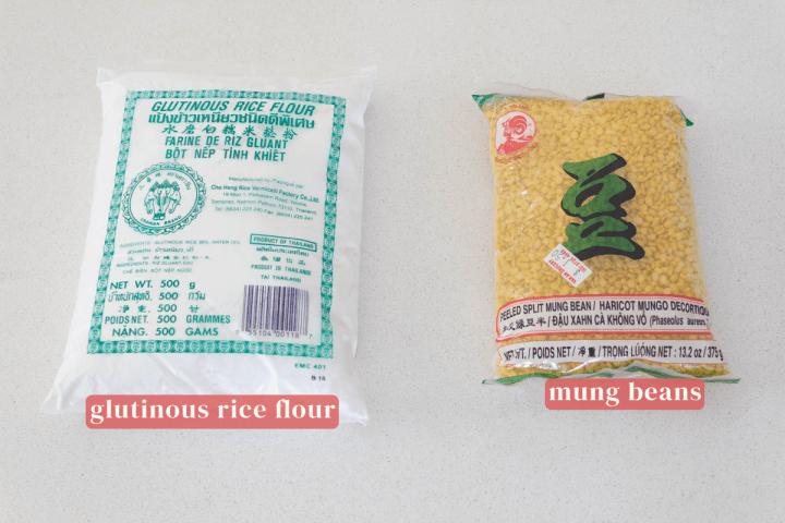 Un paquet de farine de riz gluant et un paquet de haricots mungo.