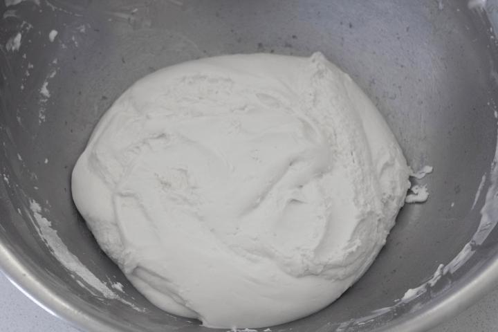 Pâte de farine de riz gluant dans un bol.
